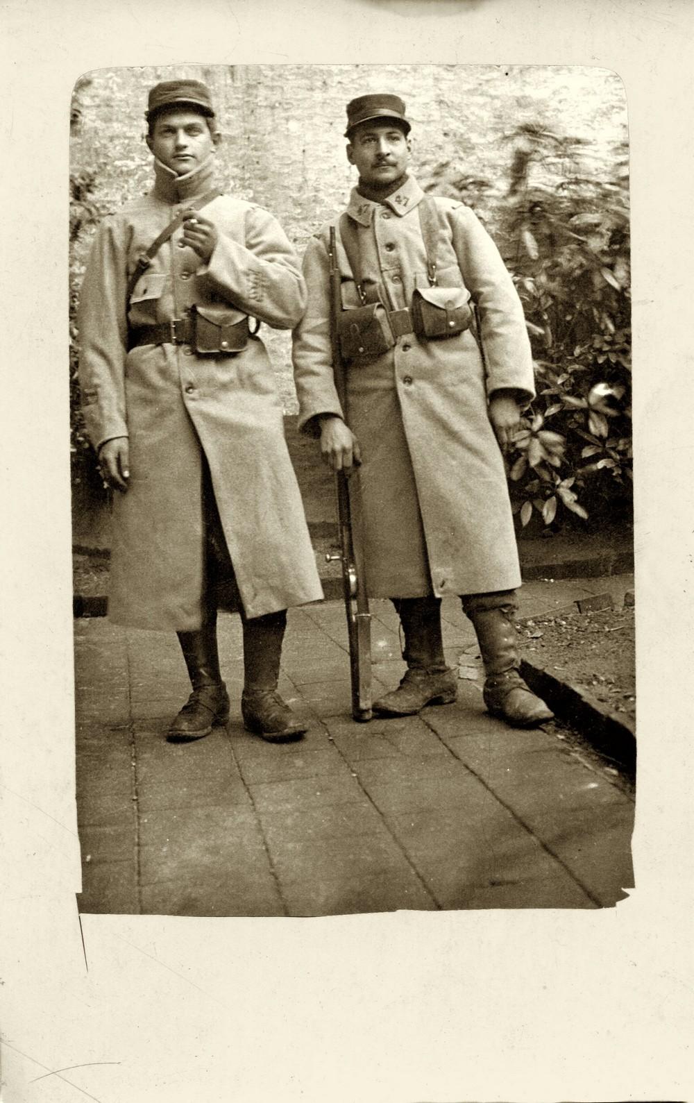 (A gauche, Léon Thébault, soldat du 47 ème R.I. Coll.part. Ne pas reproduire sans autorisation )